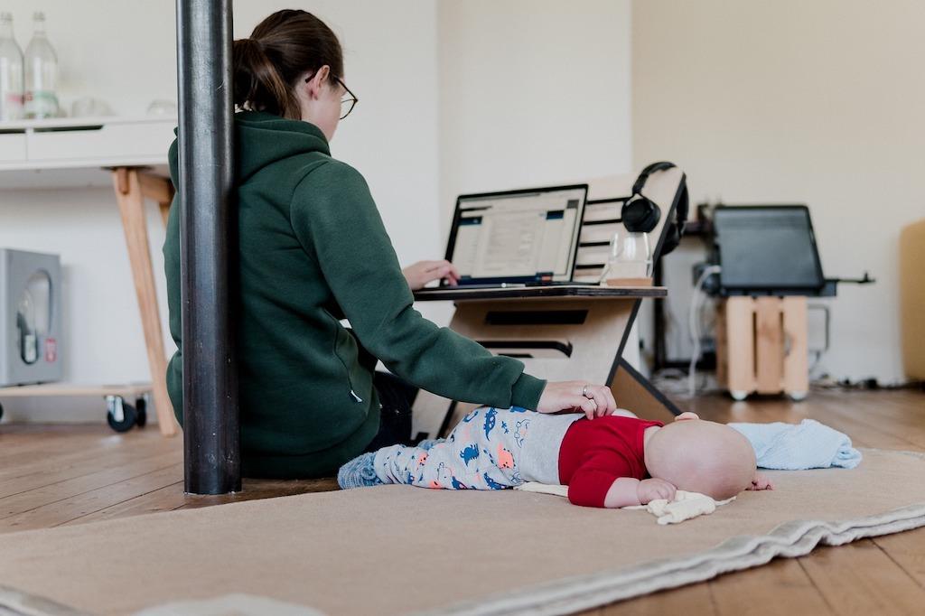 Moderner Arbeitsplatz Frau mit Baby im Homeoffice