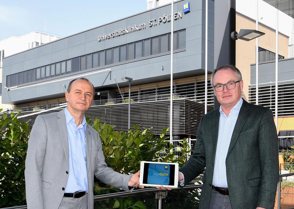 """NÖ LGA-Vorstand Konrad Kogler (links) und Landeshauptfrau-Stellvertreter Dr. Stephan Pernkopf stellen die neue App """"LGA Update"""" vor"""