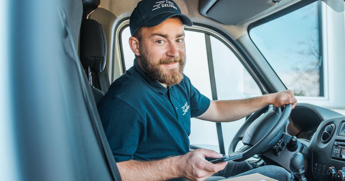 Paketfahrer mit Handy: Wie sieht der moderne Arbeitsplatz für ihn aus?