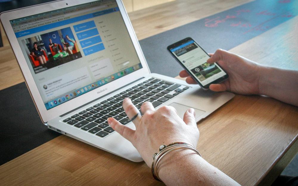 Desktop und mobile App von Staffbase, mobiles Mitarbeitermagazin