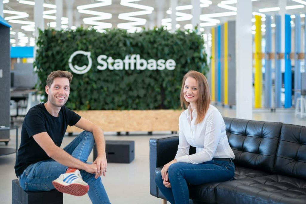 Staffbase CEO Martin Böhringer und teambay Gründerin Sarah Manes im Headquarter in Chemnitz