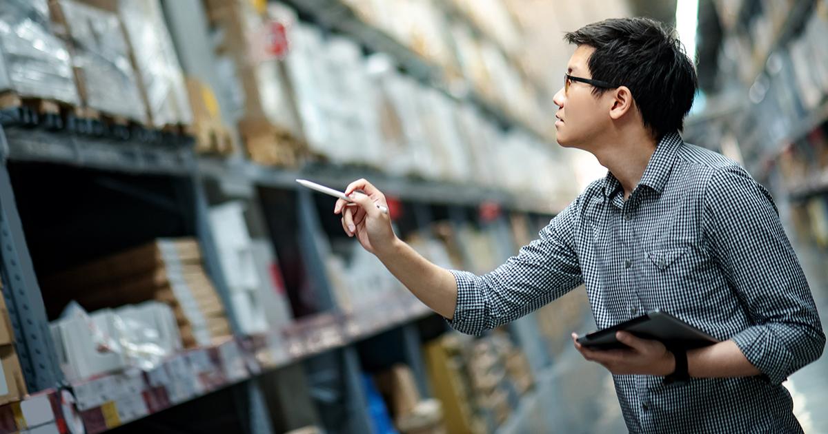 Mann mit Checkliste in Warenhaus