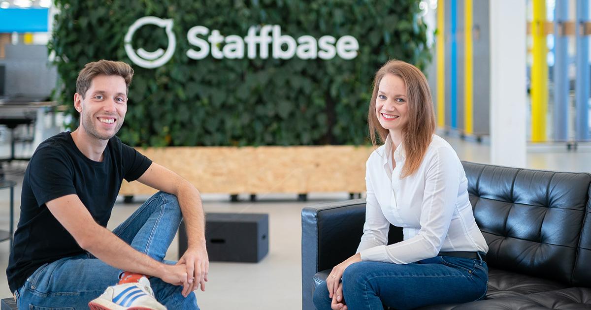 Staffbase CEO Martin Böhringer und teambay Gründerin Sarah Manes